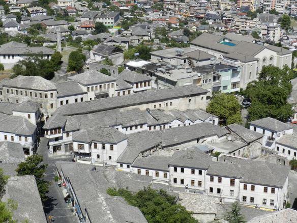 Słynne srebrne dachy Gjirokastry.