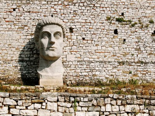 Wiele osób zastanawia się do kogo należy ta głowa. Oto rzymski cesarz Konstantyn Wielki. źródło: panacomp.net